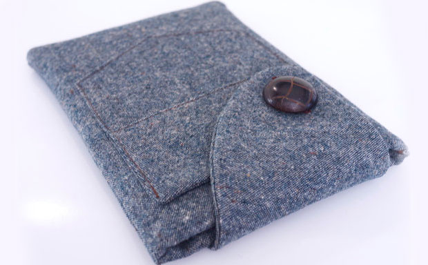 Lively tablet sleeve made from fabrics discarded by dressmakers